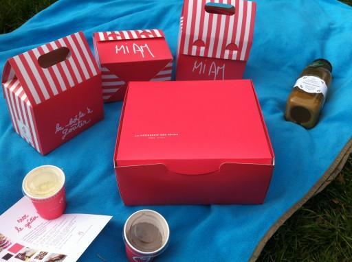 Des boîtes roses pleine de bons gâteaux pour le goûter