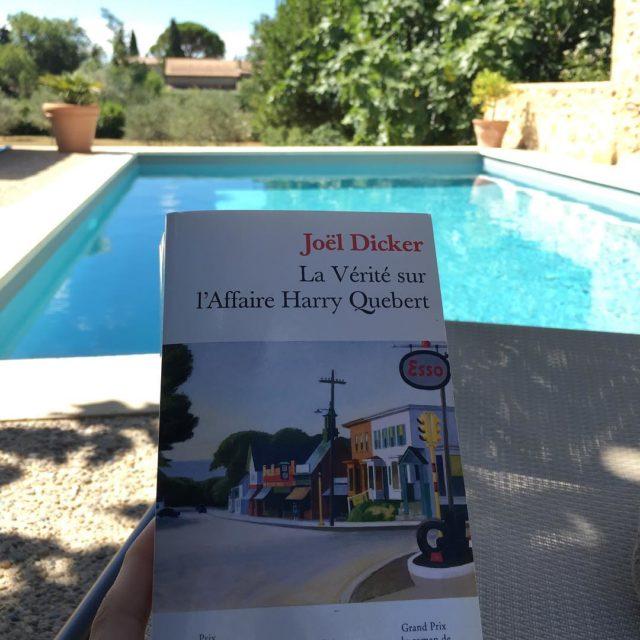 Un bon livre au bord de la piscine berce parhellip