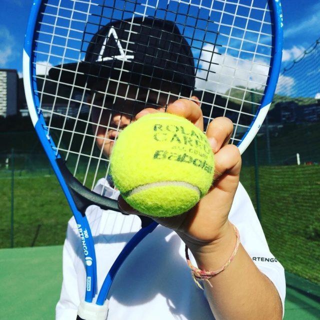 Son moniteur lui a donn une balle de tennis rg2017hellip