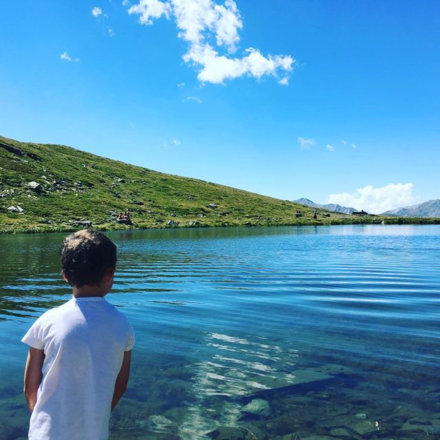 Qui a fait semblant de glisser dans le lac pourhellip