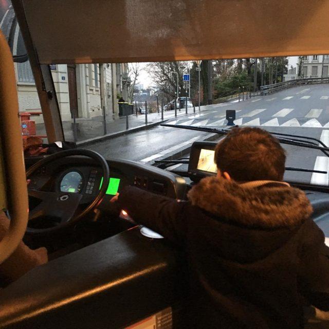 Commencer la journe en aidant le chauffeur de bus