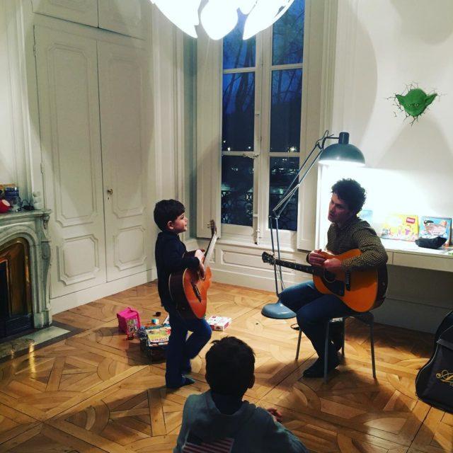 Premier cours de guitare pour Gustave Et Gaspard qui sehellip